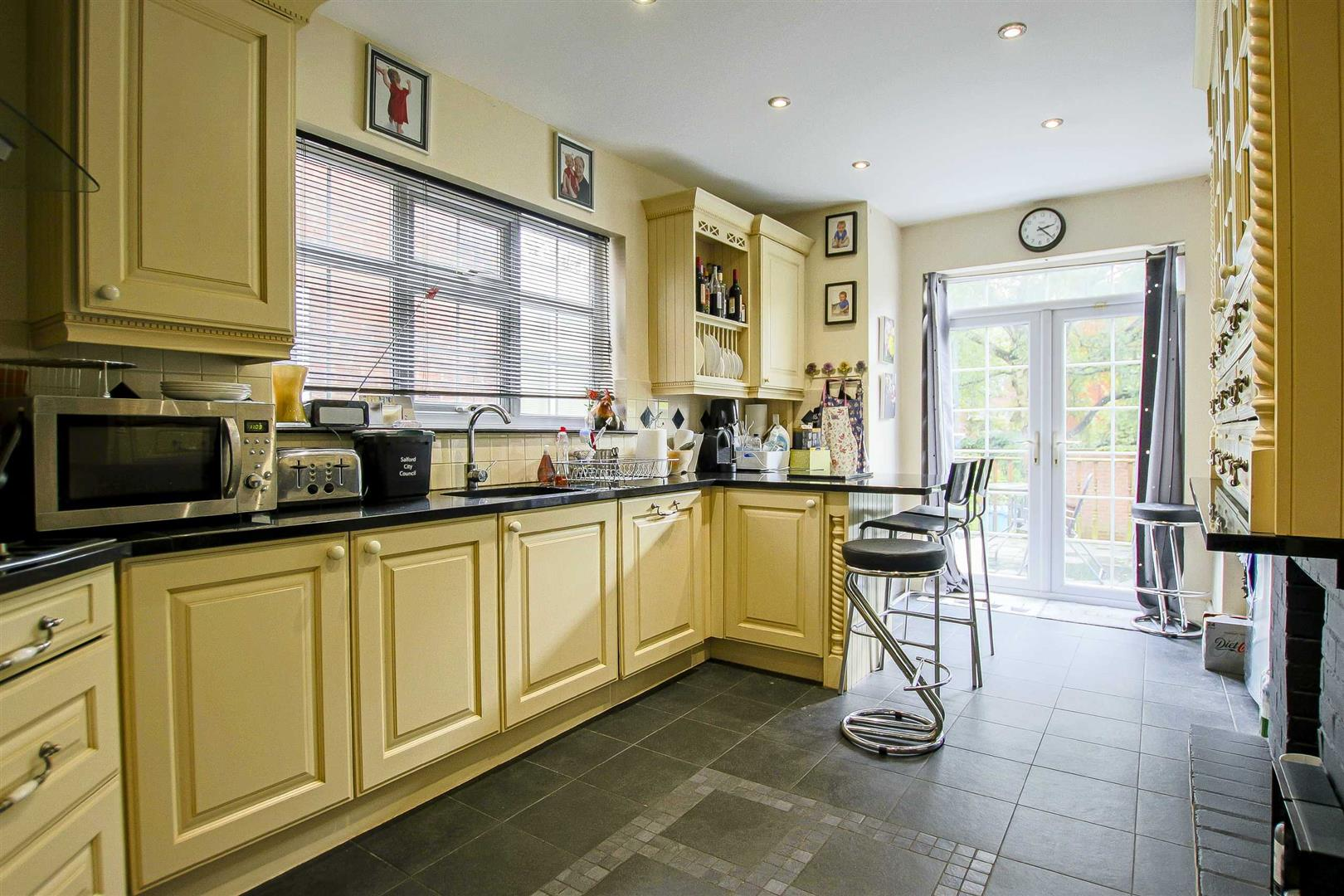 5 Bedroom Terraced House For Sale - Image 2